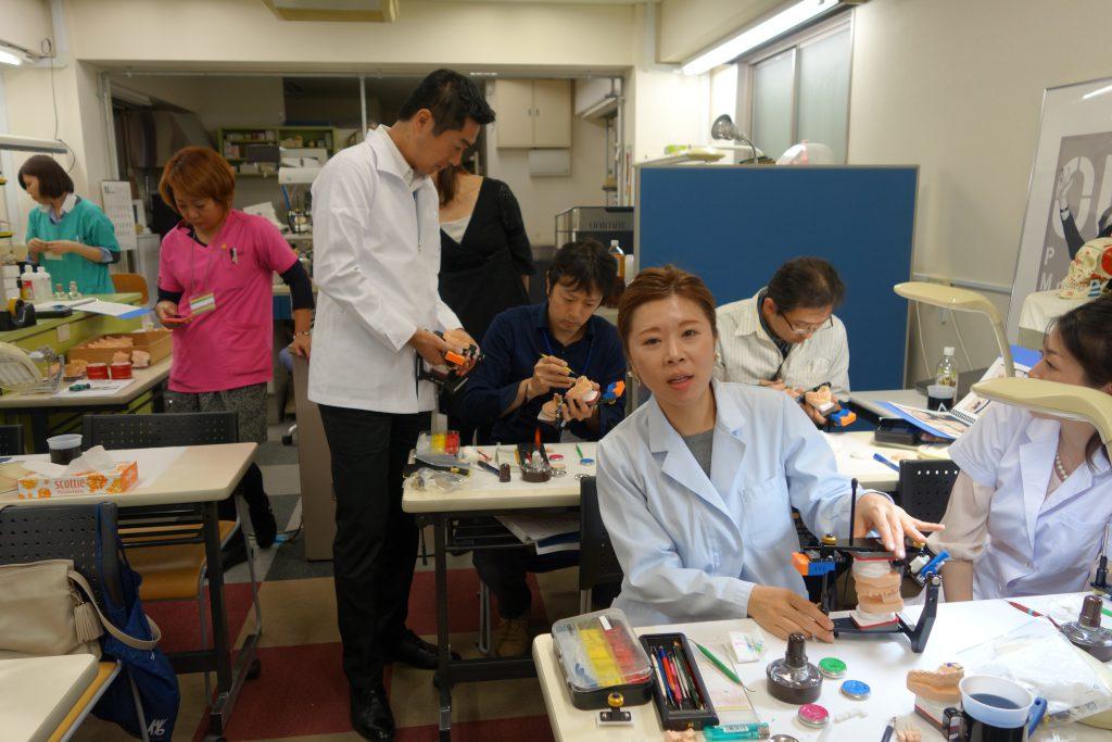 歯科技工士 榊原先生 ワックスアップ実習の様子